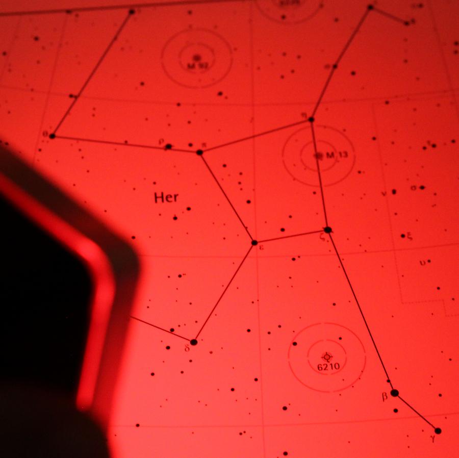 Dank der Lichtfarbe Amber (bernstein) ist erheblich weniger Helligkeit für gleich gute Lesbarkeit gegenüber einer guten tiefroten  Astrolampe erforderlich. Zudem sorgt diese LED Rotlicht-Taschenlampe für eine extrem gleichmäßige Ausleuchtung.