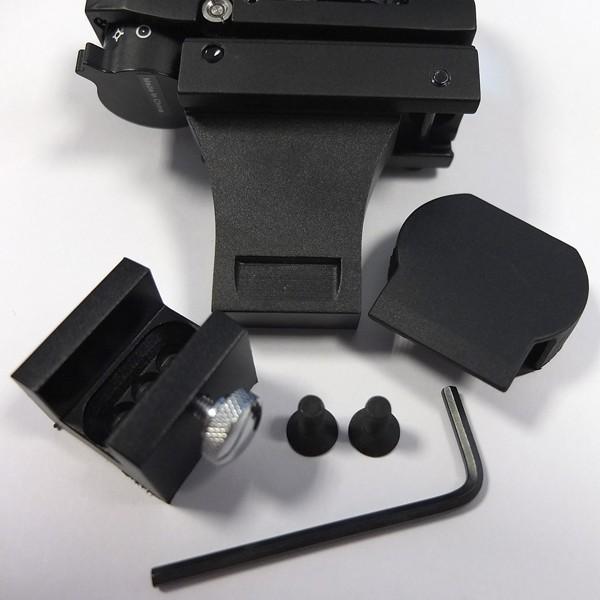 Gesamter Lieferumfang: Leuchtpunktsucher, Halter, Schuh, zwei M5-Schrauben, Imbusschlüssel zur Ausrichtung auf dem Teleskop, Abdeckkappe.