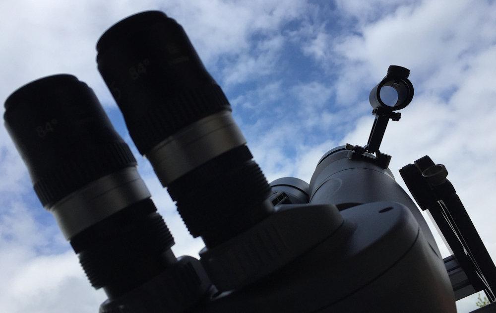 Bequeme Sicht auf den Sucher, trotz 90° Einblick am Großfernglas