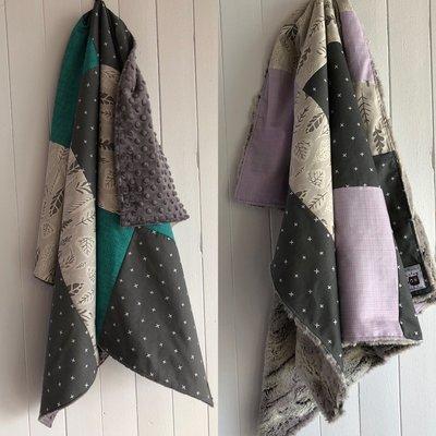 Courtepointe 'feuillage gris, gr.turquoise ou lavande et X/charcoal' endos minky gris ou fourrure