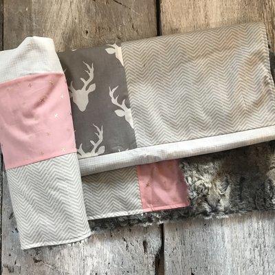 Courtepointe 'cerfs, X doré/rose, gr.blanc et mini zigzag gris-beige, endos minky gris ou fourrure