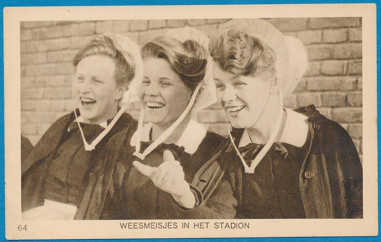 OLYMPIADE Amsterdam 1928 kaart weesmeisjes in het stadion *