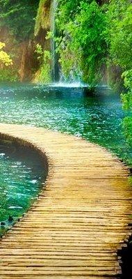 Дорожка к водопаду. Дверные обои, водопад. Размер: 97х204 см.