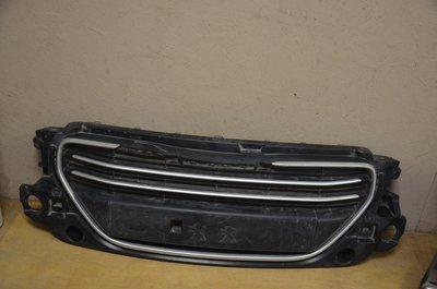 Решетка радиатора Peugeot 301