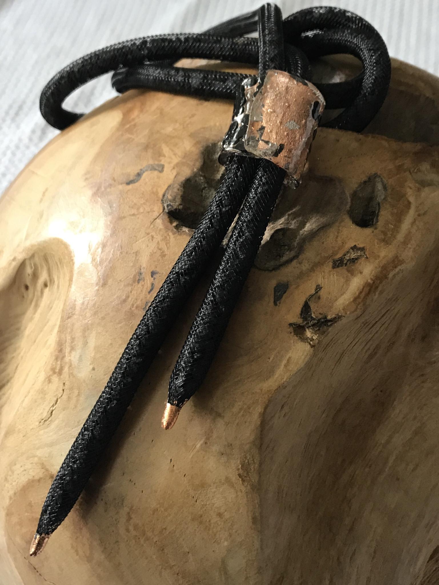 Meshkette mit Schiefergranulat und Detail aus Kunststoffgranulat in rosé/schwarz