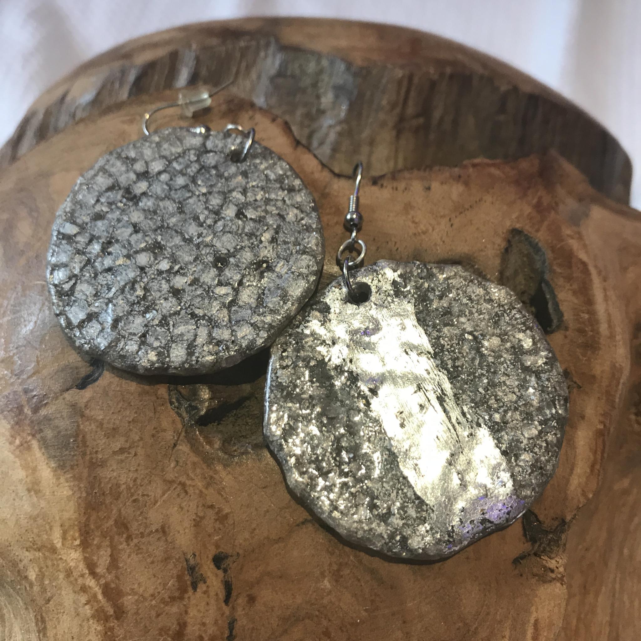 Ohrhänger silber mit Blattmetall - Rückseite silber granuliert - beidseitig tragbar