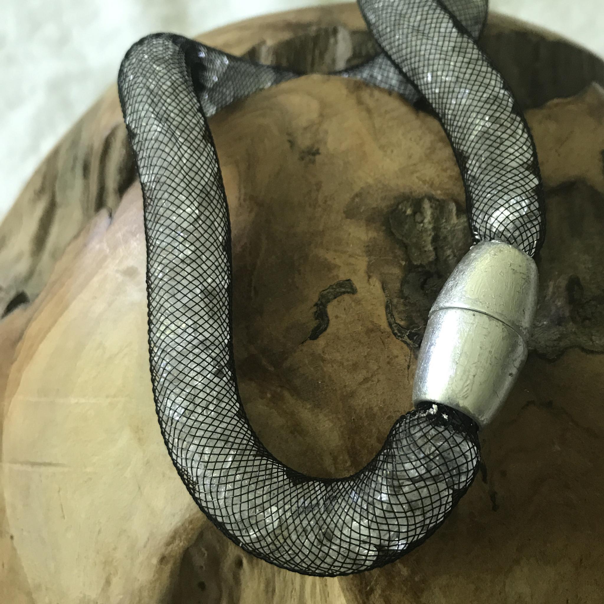 Meshkette schwarz mit weißem Glasbruch und Magnetschließe Schlagmetall silber - 54 cm lang