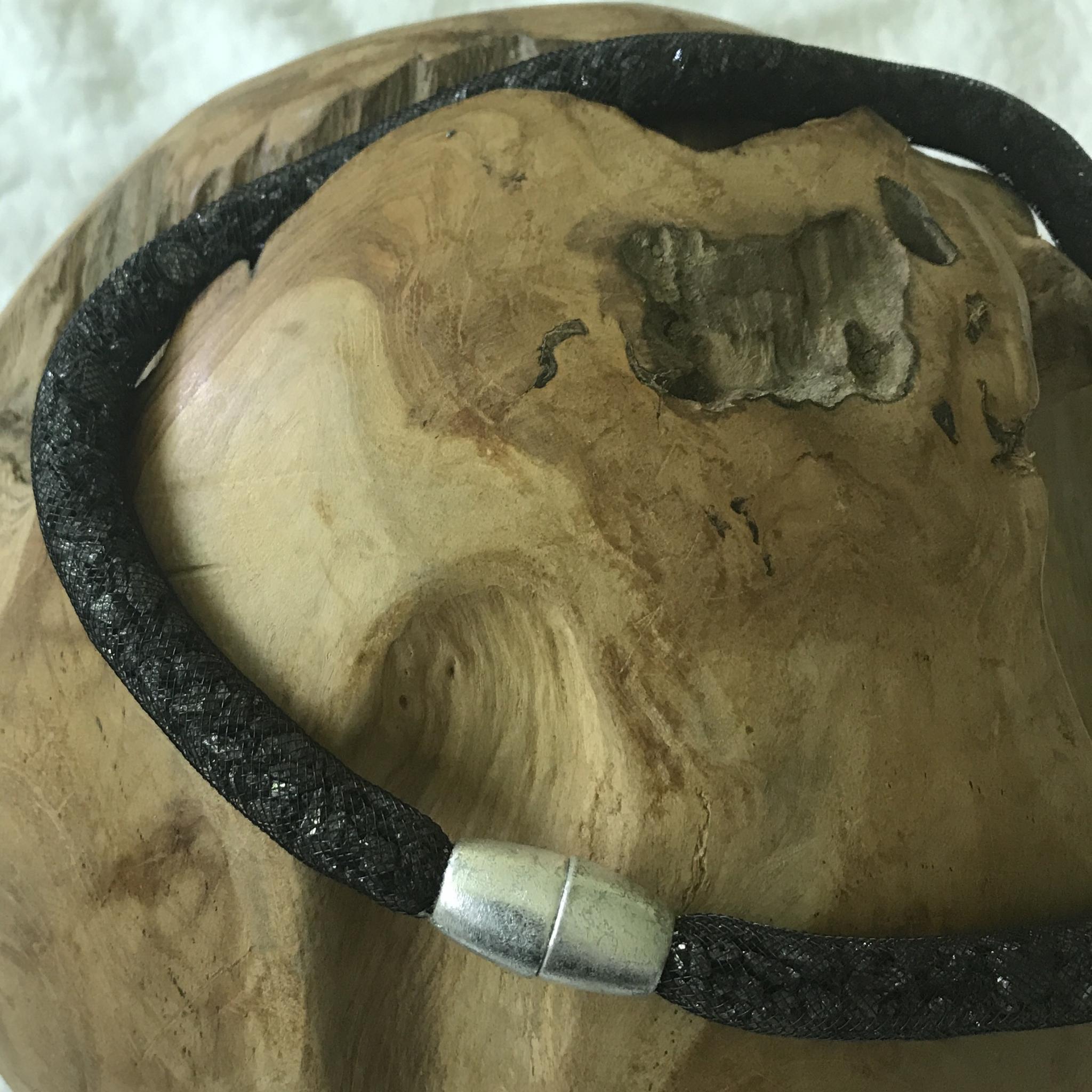 Meshkette schwarz mit Schieferbruch und großer Magnetschließe in Schlagmetall silber