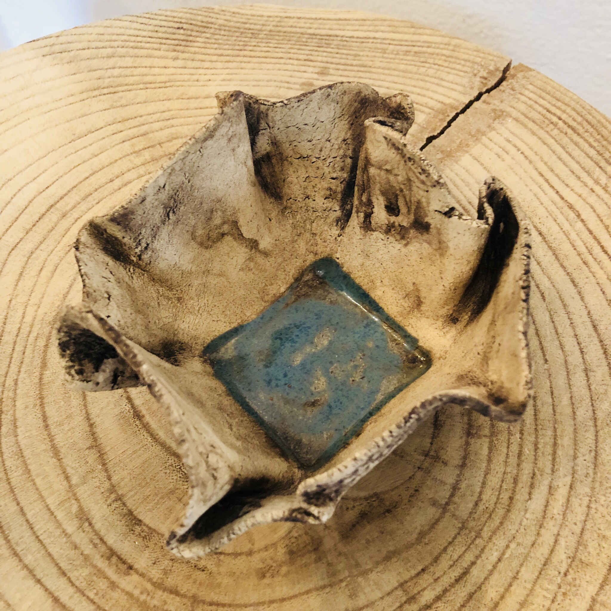 Schale aus Ton, Braunstein/türkiser Boden