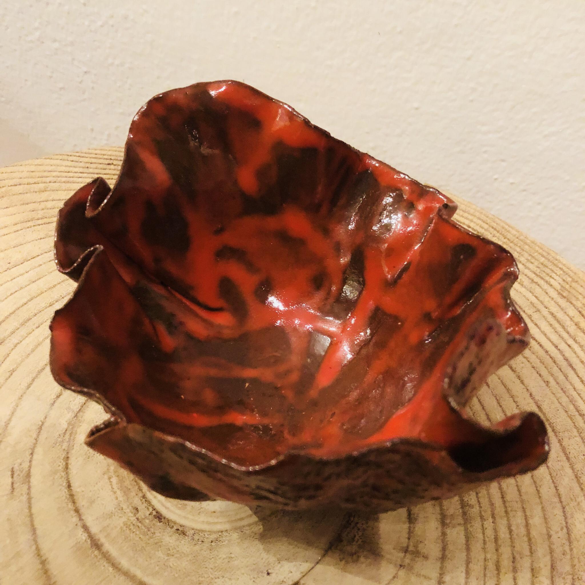 Schale aus Ton, rot glasiert
