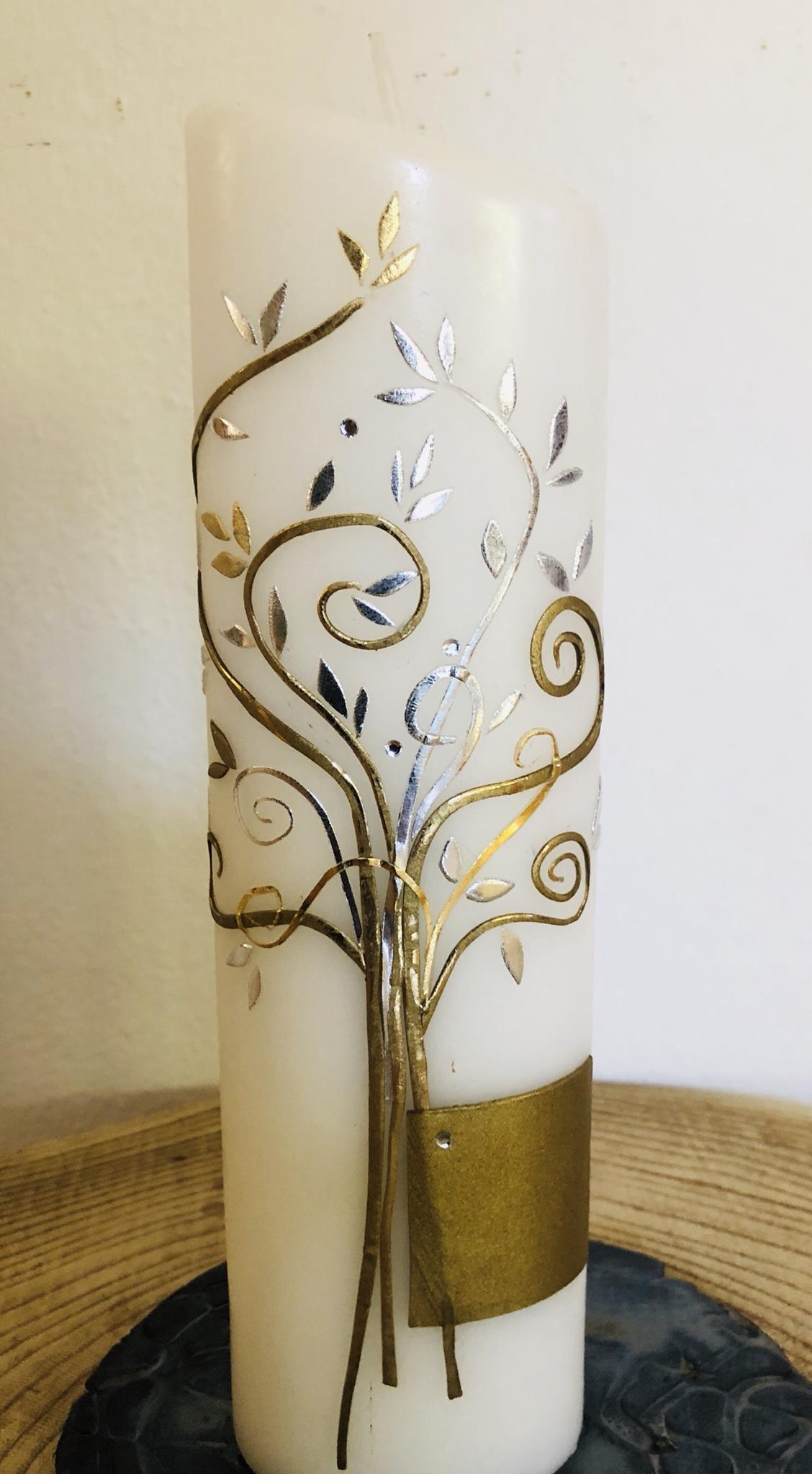 Kerze weiß, getaucht, oval, oben abgeschrägt, Lebensbaum gold/silber mit Perlen und Swarovskikristallen, Wachsplatte gold - gravierfähig 25026