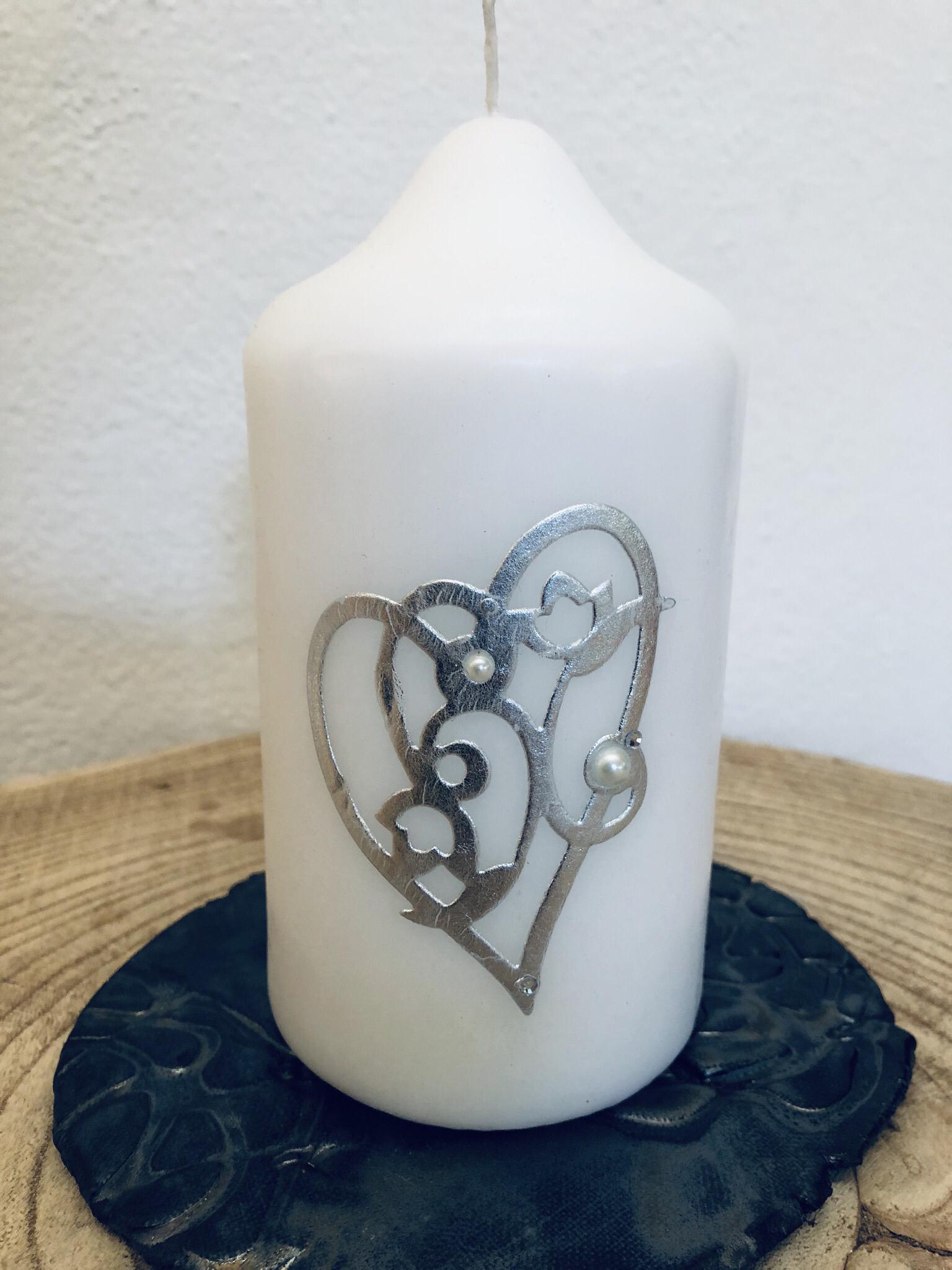 Kerze Hochzeit - klein - rund - weiß getaucht, beidseitig verziert mit Silberornament und Herzen in pink - mit Perlen und Swarovskikristallen  25031