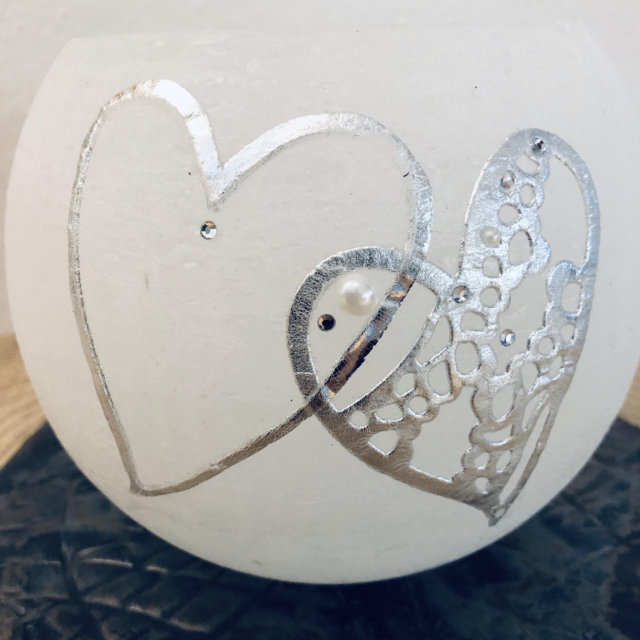 Kerze Hochzeit, Kugel weiß durchgefärbt, zwei silberne Herzen/Wachs mit Blattmetall, Perlen und Swarovskikristallen - gravierfähig 25034