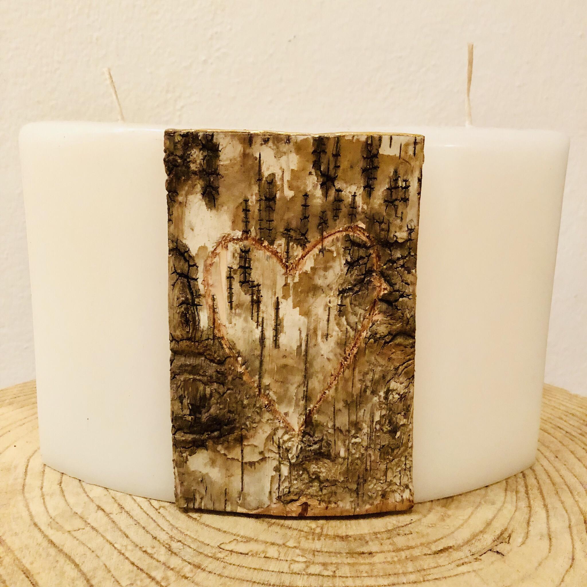 Kerze Hochzeit, Bogen weiß getaucht, mit Birkenplatte und geschnitztem Herz mit Platz für Initialen - Birke mit goldenem Wachsstreifenabschluss - Rückseite gravierfähig - 2 Dochte 25036