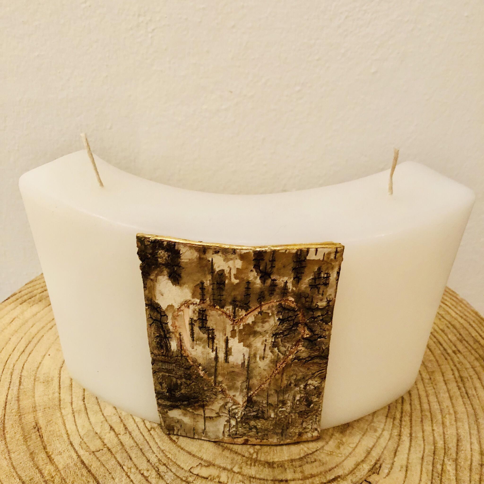 Kerze Hochzeit, Bogen weiß getaucht, mit Birkenplatte und geschnitztem Herz mit Platz für Initialen - Birke mit goldenem Wachsstreifenabschluss - Rückseite gravierfähig - 2 Dochte