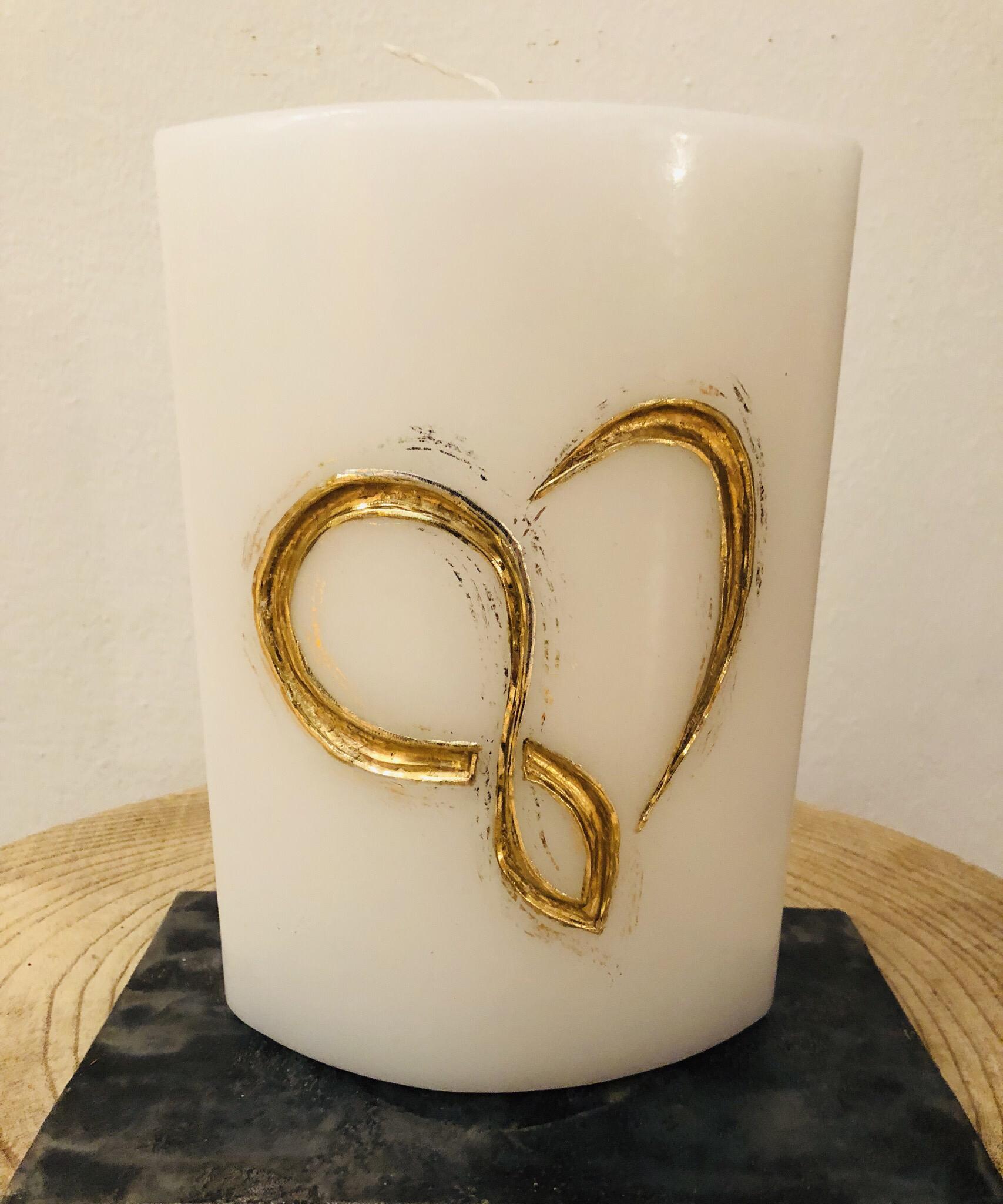 """Kerze Hochzeit, Ellipse weiß getaucht, geschnitzt, """"endloses"""" Herz, Wachsstreifen und Blattmetall gold - gravierfähig 25037"""