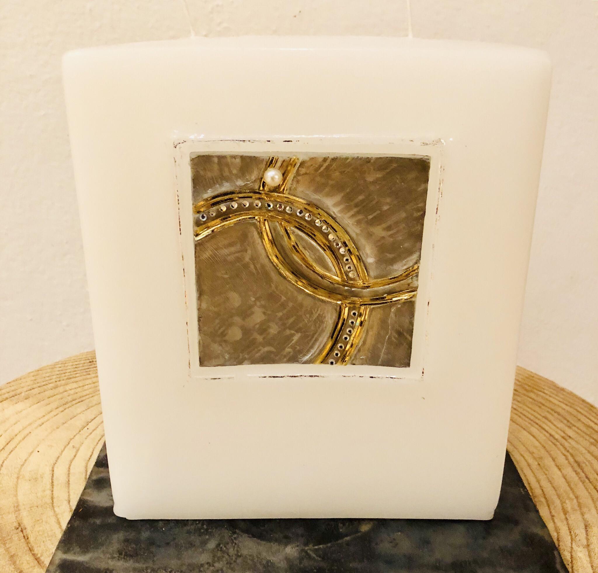 Kerze Hochzeit, Block weiß getaucht, quadratisch ausgehölt mit eingesetzter Wachsplatte - Hintergrund silber gemalt, Wachsstreifen gold und silber, mit Perle und Swarovskikristallen - gravierfähig 25038