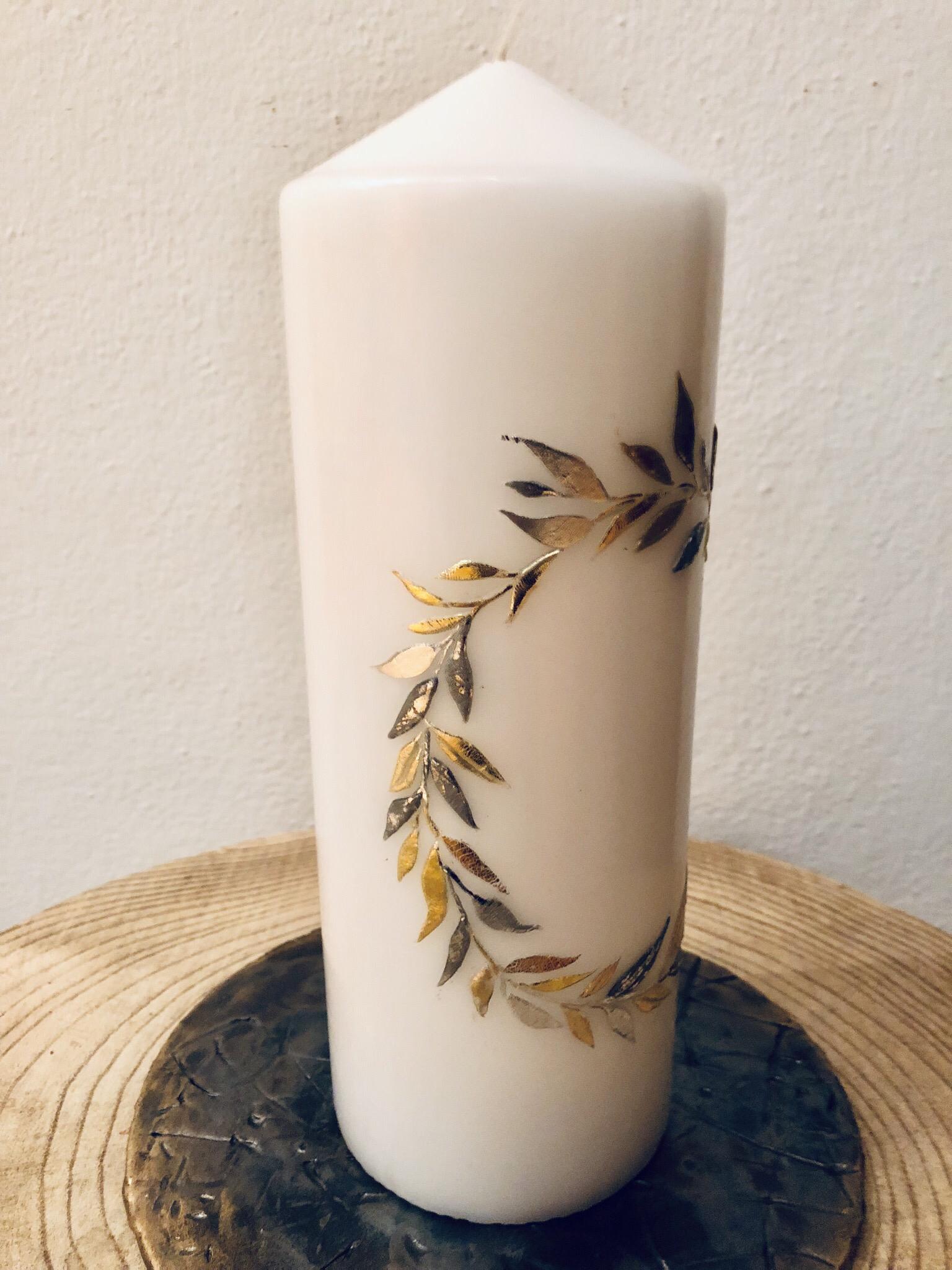 Kerze rund, weiß getaucht, mit Blätterkranz, silber/gold, Wachs und Blattmetall, kann mit weiteren Verzierelementen  (Perlen, Swarovskikristallen etc.) versehen werden - gravierfähig