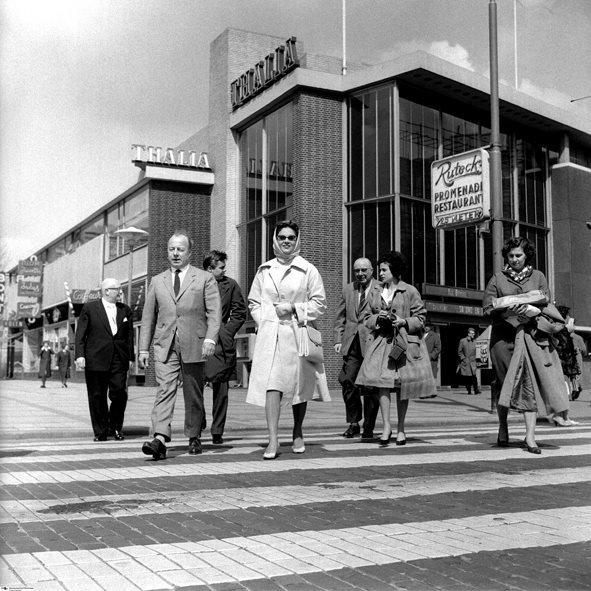 Historisch Rotterdam,  Kruiskade, Thalia jaren 50, Vrije Volk