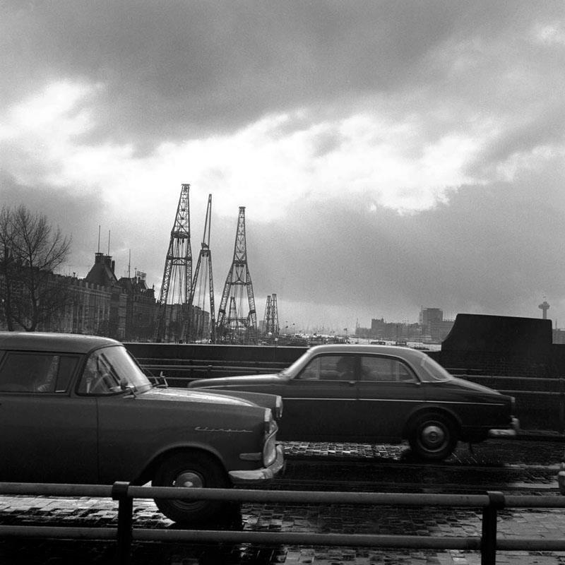 Historisch Rotterdam,  Maaskade, Koninginnebrug met auto's, Vrije Volk