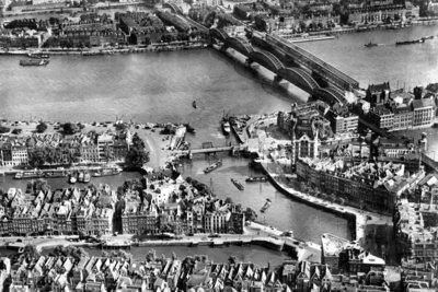 Historisch Rotterdam, luchtfoto Oude Haven en Maasbruggen jaren 20, Stadsarchief