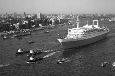 Historisch Rotterdam, SS Rotterdam met skyline 1967, Harry Mosch