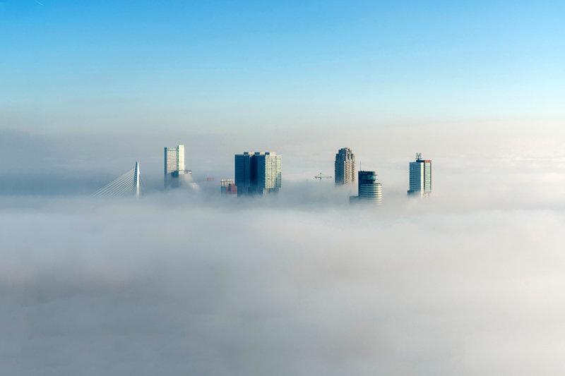 Modern Rotterdam, Luchtfoto Kop van Zuid in de mist, Ossip van Duivenbode