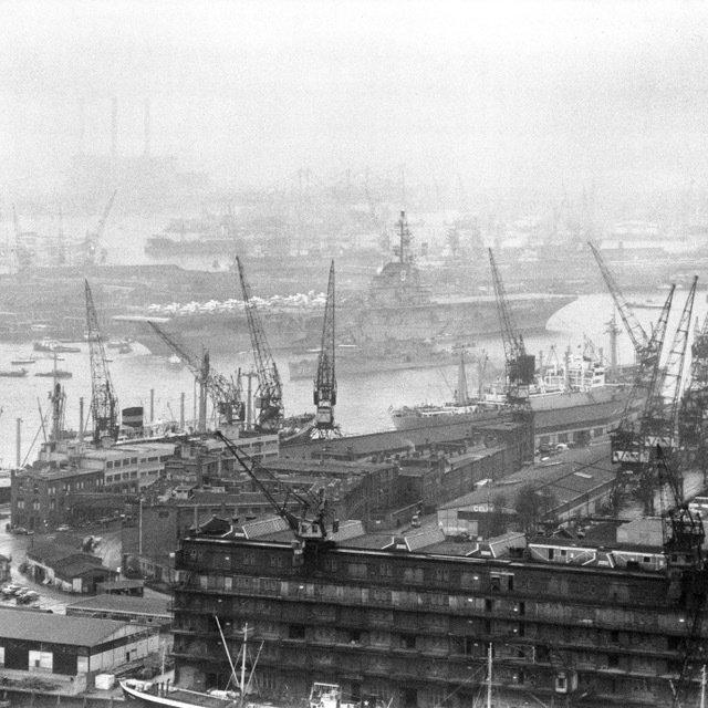 Historisch Rotterdam, Schiehaven 1961 met vliegdekschip, Fotograaf: Anefo