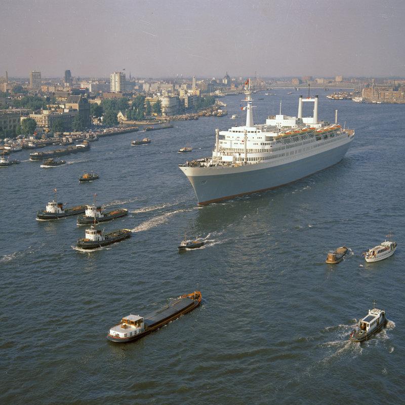 Historisch Rotterdam, SS Rotterdam met de skyline 1967, Harry Mosch