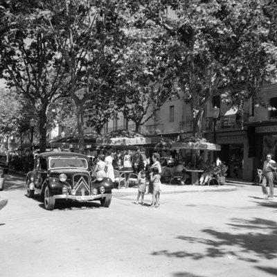 Rest van de wereld, Barcelona , straatbeeld met terras en Citroen jaren 50