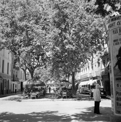 Rest van de wereld, Barcelona , straatbeeld met terras  jaren 50