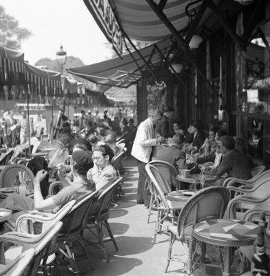 Rest van de wereld, Parijs , straatbeeld met terras  jaren 50