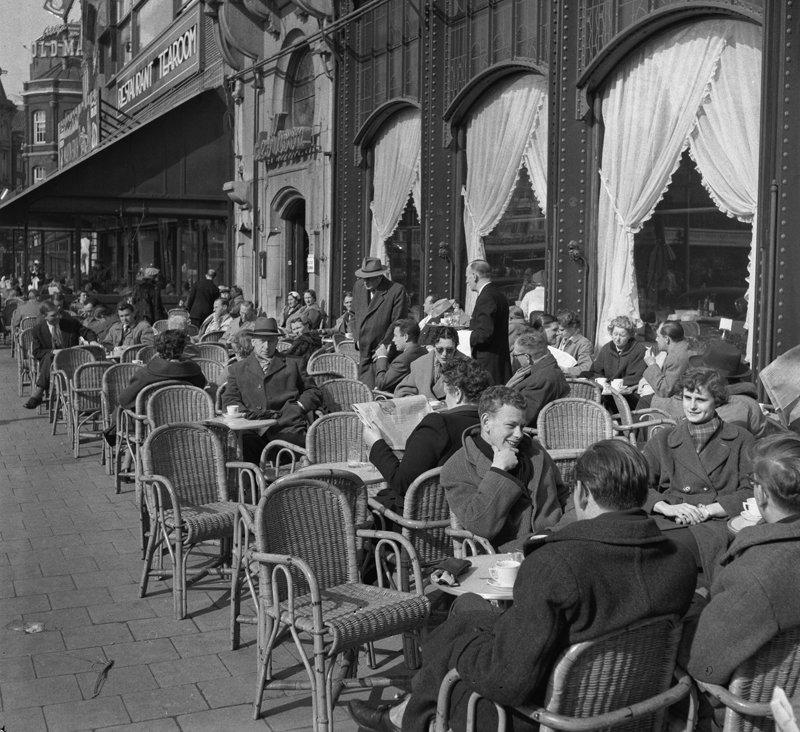 Rest van de wereld, Amsterdam , straatbeeld met terras  jaren 50