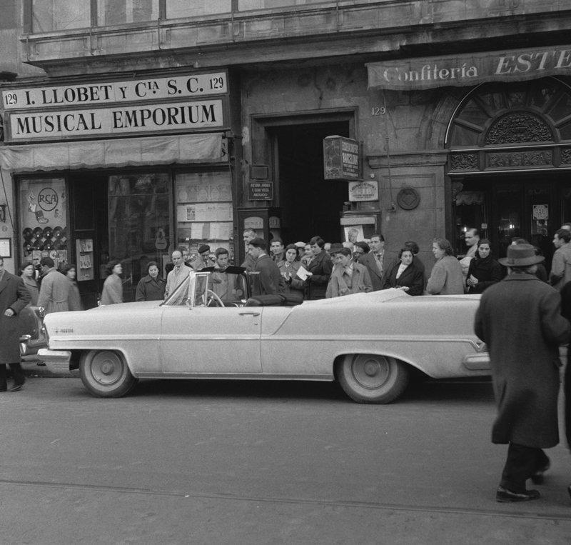 Rest van de wereld, Barcelona , straatbeeld met winkel  en Amerikaanse auto jaren 50