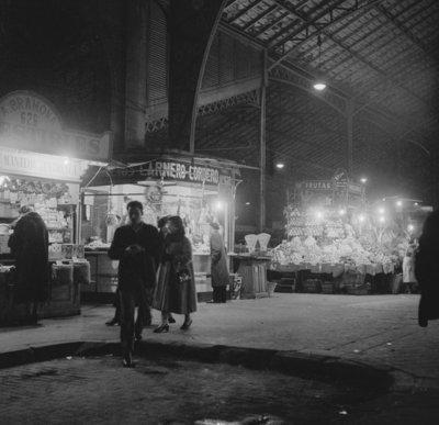 Rest van de wereld, Barcelona , straatbeeld met markt  jaren 50