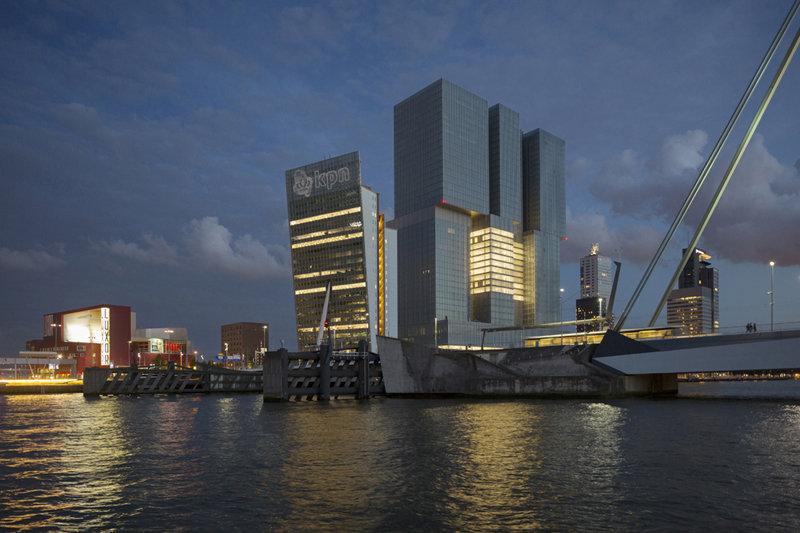 Modern Rotterdam Kop van Zuid met de Rotterdam, Ossip van Duivenbode