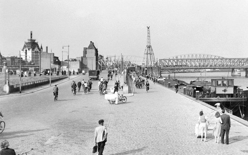 Historisch  Rotterdam, Boompjes met Witte Huis en Maasbruggen  Lex de Herder