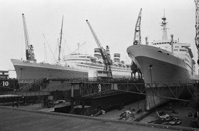 Historisch Rotterdam,  SS Rotterdam en Nieuw Amsterdam in dok 1963 , fotograaf: Anefo