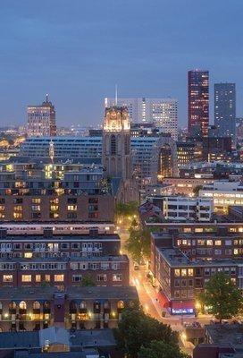 Modern Rotterdam, binnenstad met Laurenskerk en Markthal, Ossip van Duivenbode