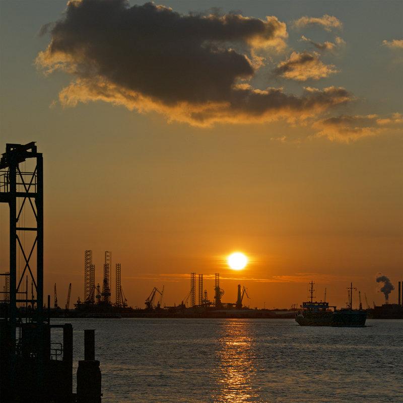 Modern Rotterdam, ondergaande zon bij Pernis 2017, Casper Jansen