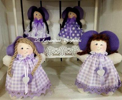 Bambolina fatta a mano ripiena di lavanda (In una delle fantasie) che strizza l' occhio (Una)