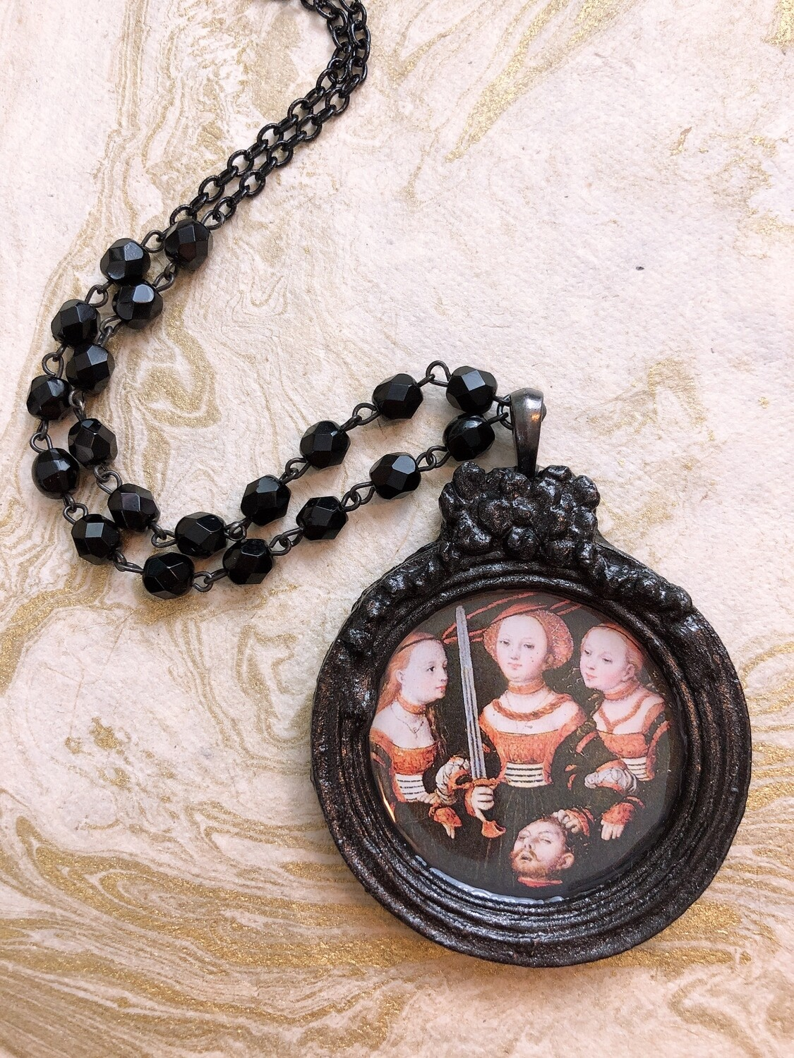 frame necklace (judith and friends)