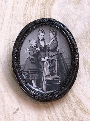 frame brooch (three sisters)