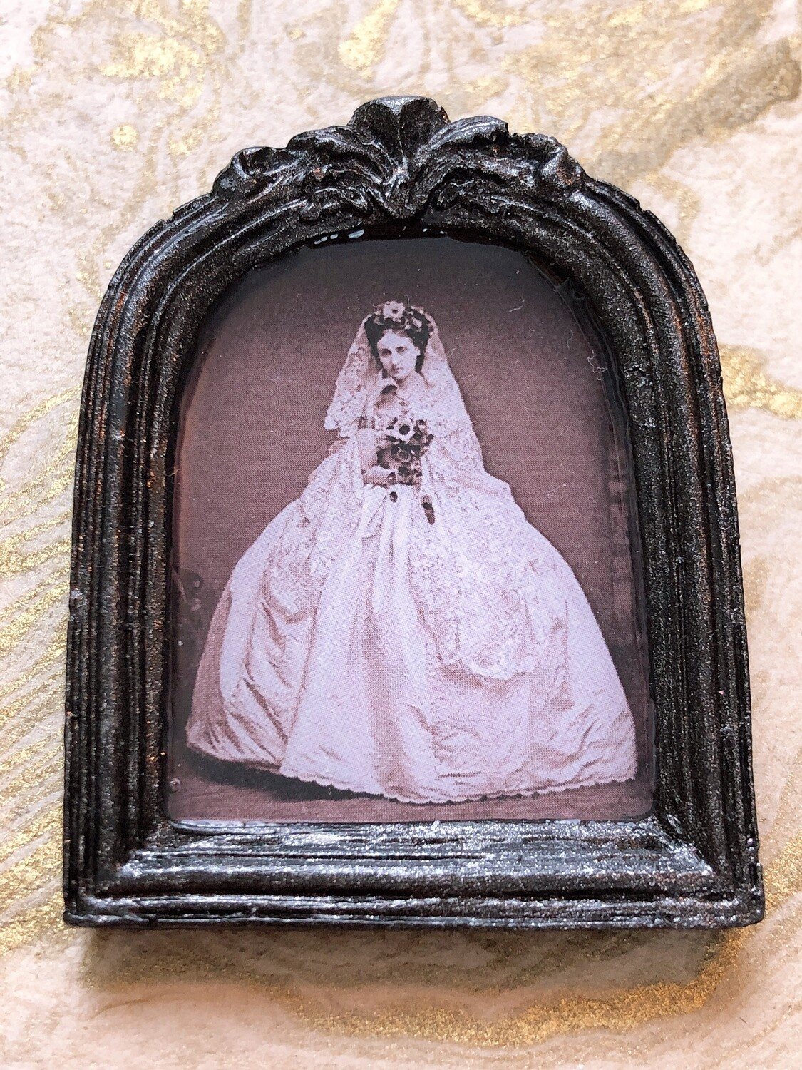 frame brooch (the countess)
