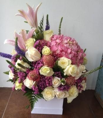 Square box rosas, hortensias y lirios