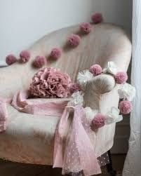 Coroncina di pompon di tulle rosa . Un accessorio meraviglioso per un giorno di festa o un compleanno.