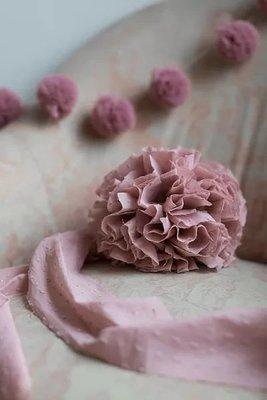 Pompon in voile di cotone. Decorazione per occasioni speciali, la cameretta  o la casa.