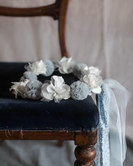 Coroncina di pompon di tulle blue gustavien . Un accessorio meraviglioso per un giorno di festa o un compleanno.