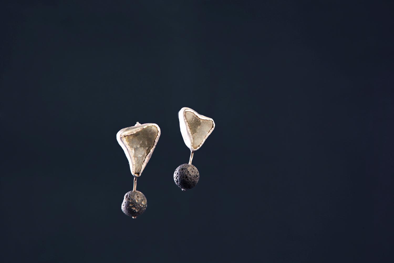 Серебряные серьги с шариками лавы и морскими стёклышками.