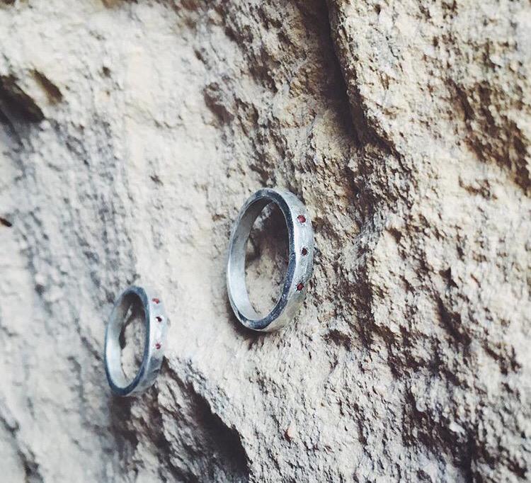 Обручальные кольца с маленькими огранённый камнями